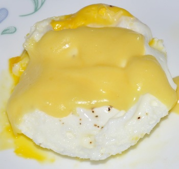 eggs with hollandaise sauce