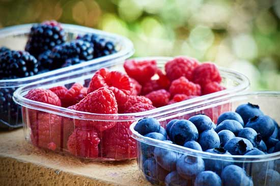 berry food facts photo of raspberries and blackberries