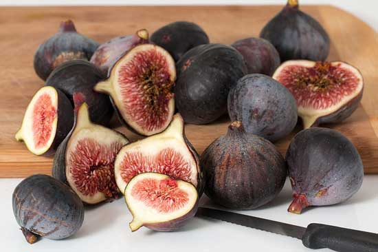 figs cut in half and whole