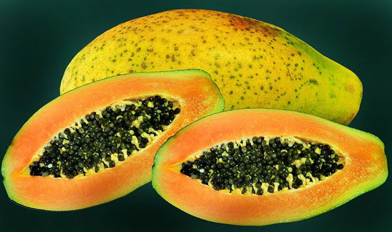photo of papaya cut in half showing black papaya seeds